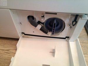 Flusensieb im Sockel der Waschmaschine